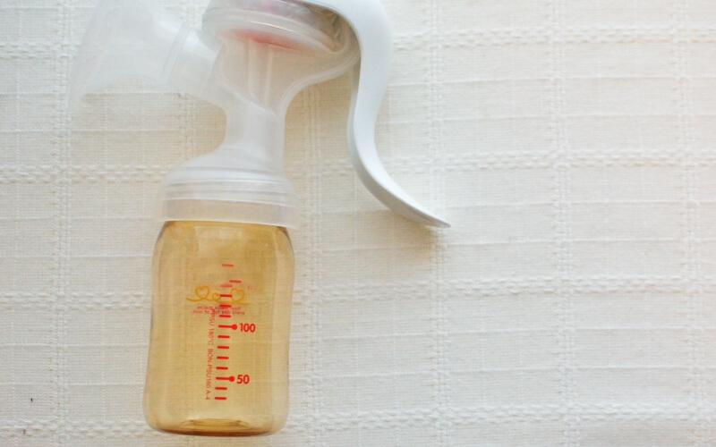 母乳育児で胸が張るときに、ピジョン『手動搾乳器』がおすすめ | 育児便利グッズ #10
